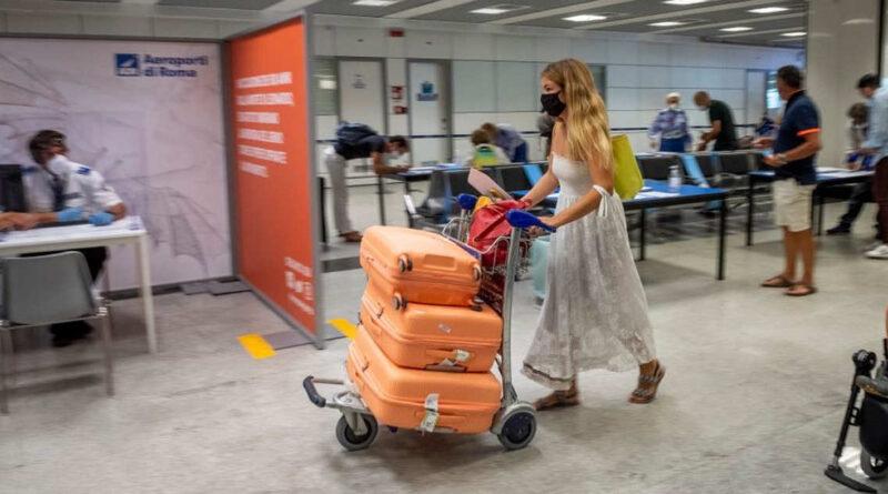 Ue lancia il pass Covid, viaggi consentiti con vaccino o test